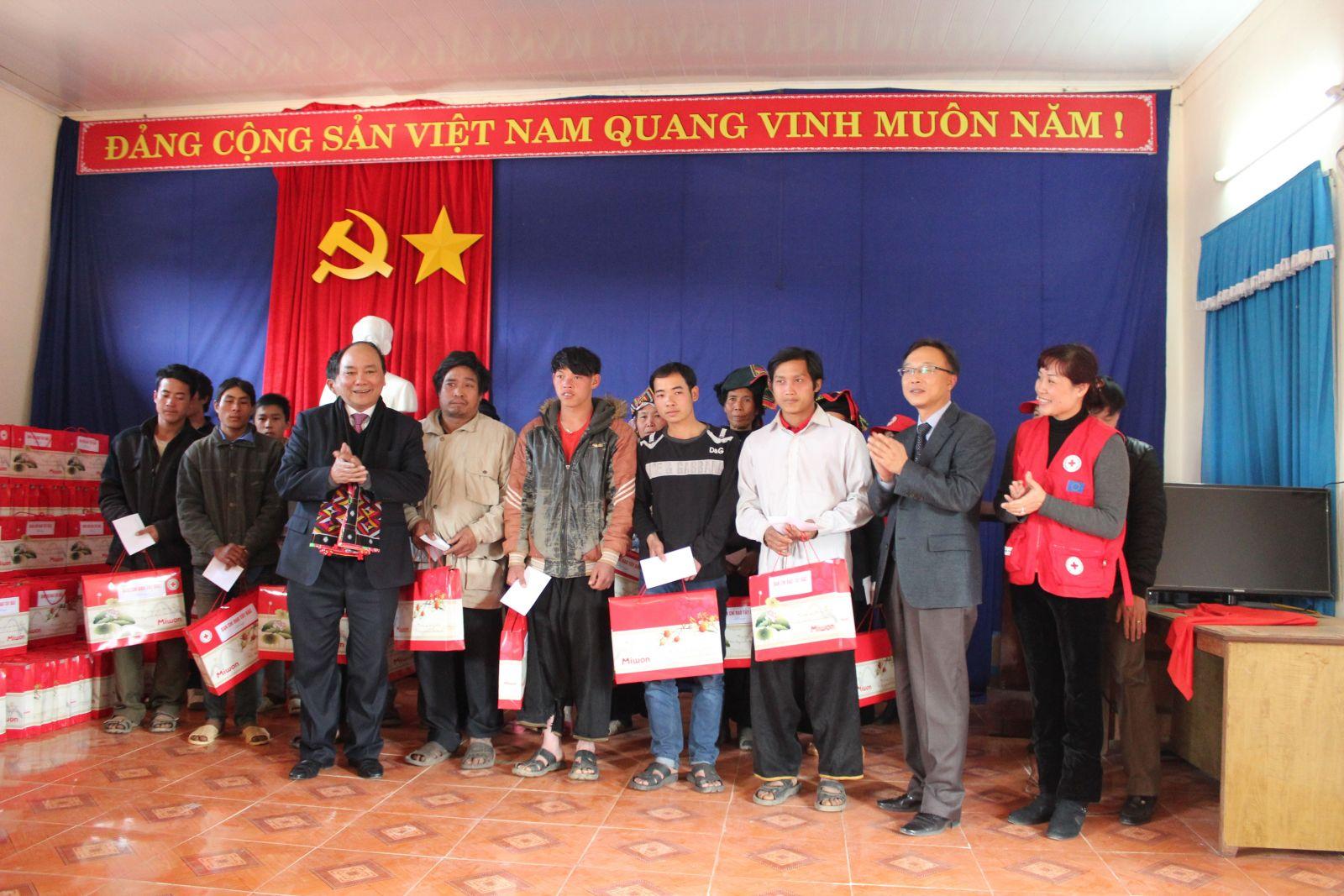 Trao quà cho hộ gia đình nghèo tại Sơn La