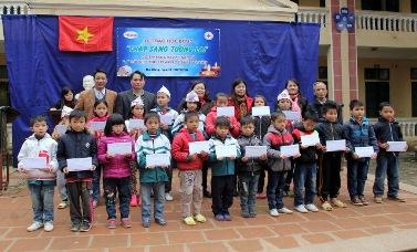 Trao học bổng thắp sáng tương lai tại Hà Nội