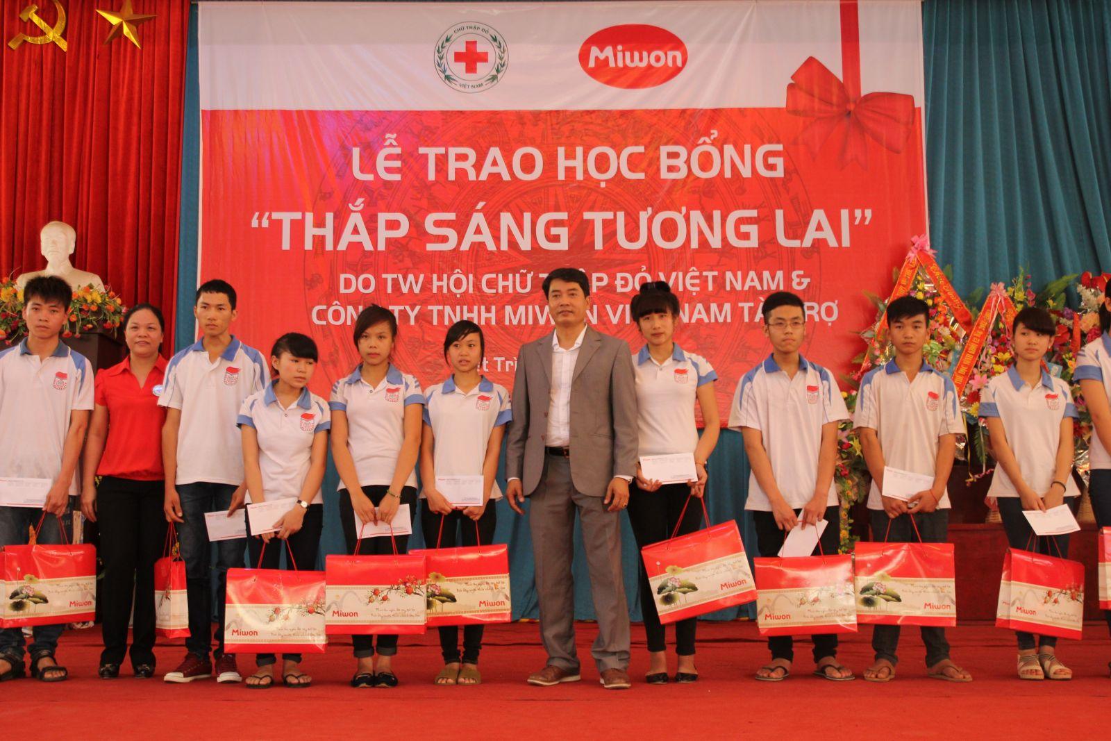 Trao học bổng cho học sinh nghèo học giỏi tại tỉnh Phú Thọ