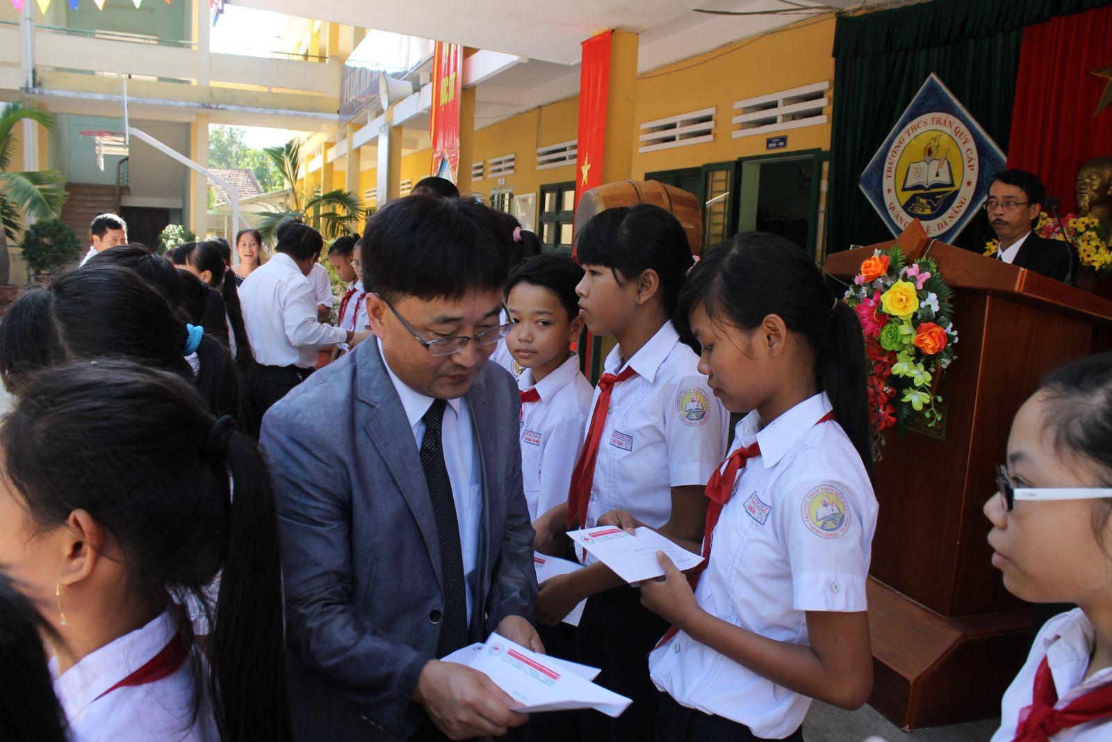 Trao học bổng cho 4 tỉnh miền trung